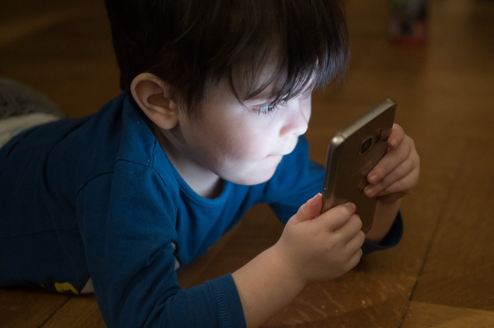 Screen Time or Quality Time?, Boy on phone 1600x1061%, health%